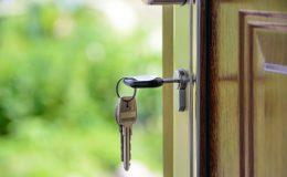 En nøgle der er sat i et nøglehul på dør