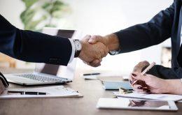 2 advokater giver hinanden hånden