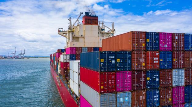 Et stort containerskib sejler