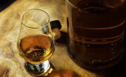 Whisky glas og flaske